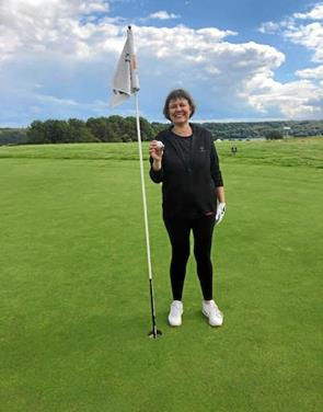 Tina Knuth slog hole in one under golfkøreprøve